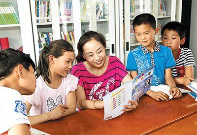 下漫村第一书记於琳琳给留守儿童讲故事