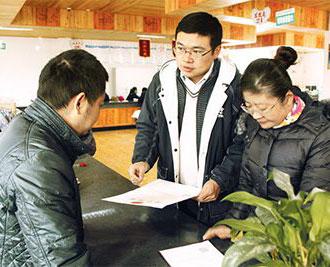 南猛村第一书记刘为为村合作社领取营业执照