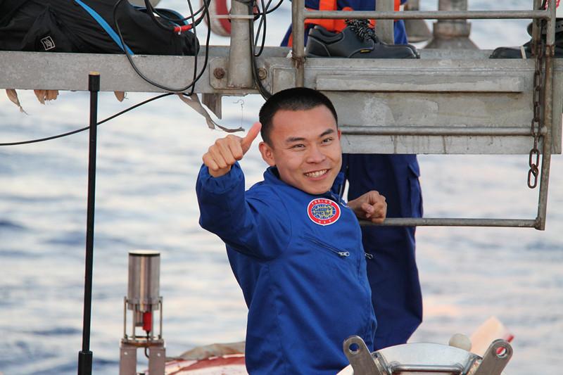 """国家海洋局国家深海基地管理中心""""蛟龙号""""潜航员、""""中国载人深潜英雄""""唐嘉陵"""