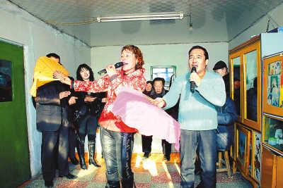 中国rap团体-民自办小剧团,说唱就唱.吉林乾安县余字村的迟四小剧团正在表演